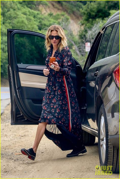 Julia Roberts Takes Pictures of Photographers While